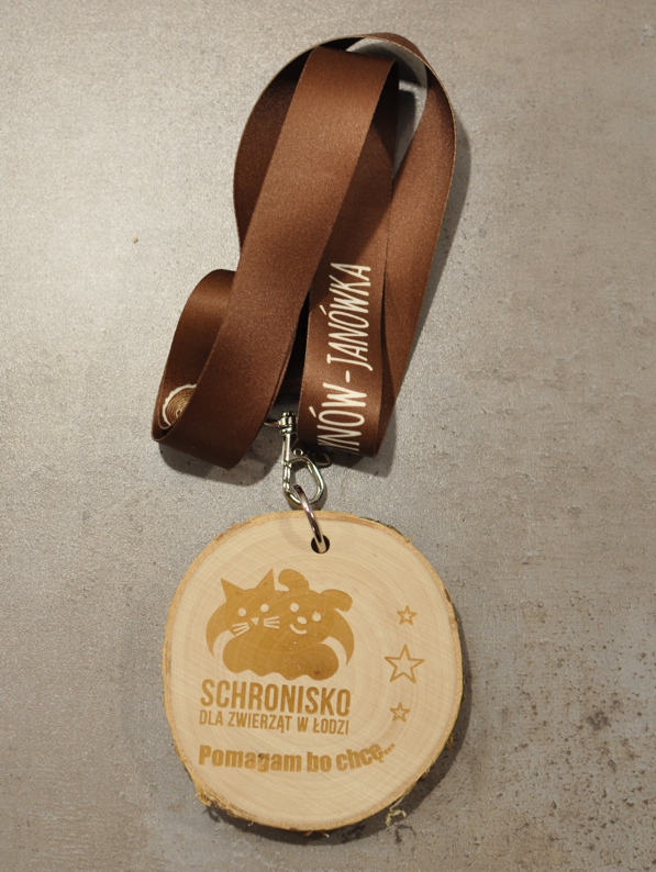 Medal drewniany pomagam